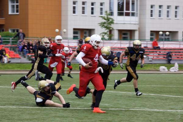 Vityaz QB Pavel Levashev (#4) carrying the ball