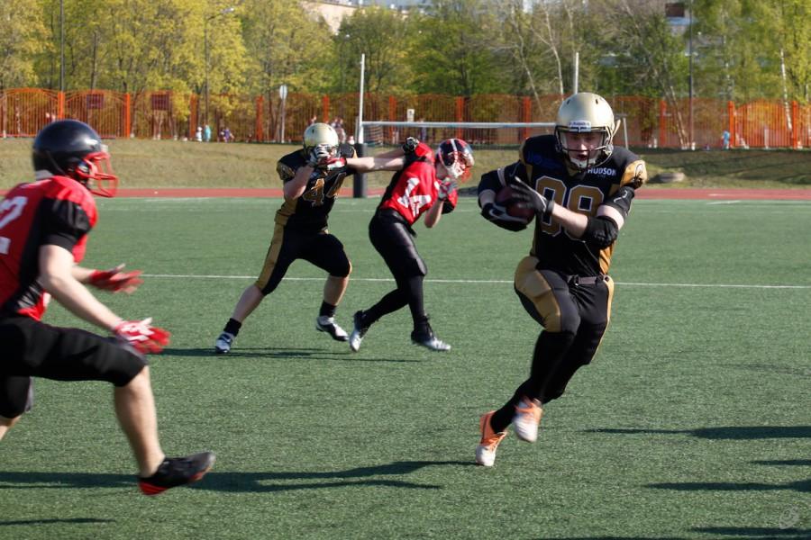 Moscow sparans wide receiver Alexey Kozlov running with ball