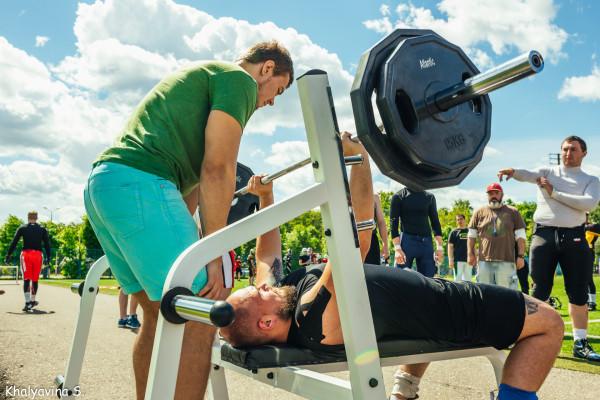 Сдача нормативов по жиму штанги на отборочном лагере в Ярославле. Фото Светланы Халявиной.