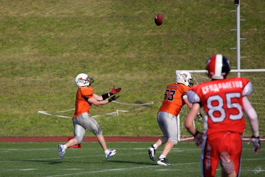 Patriots returner Viktor But (#1) catching the ball