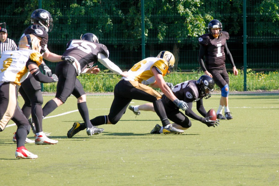 Spartans and Black Storm fighting for the ball