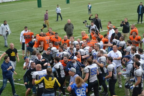 Игроки разнимают дерущихся болельщиков на финале ЧР-2015