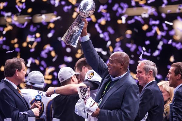 Генеральный менеджер «Балтимора» Оззи Ньюсом с трофеем Ломбарди. Фото: Rob Tringali/SportsChrome/Getty Images